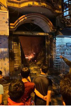 Hà Nội: Giải cứu 2 phụ nữ bị mắc kẹt trong đám cháy trên phố Lò Rèn