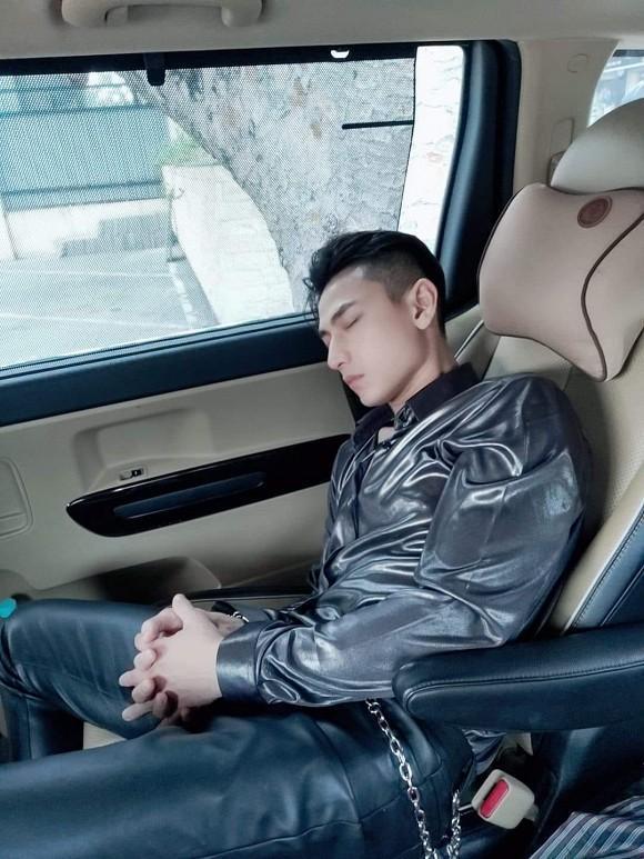 Bị chụp lúc ngủ say, Isaac vẫn xứng danh nam thần vì nhan sắc cực phẩm-1