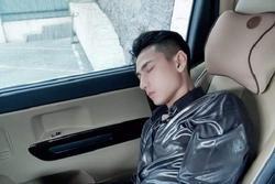 Bị chụp lúc ngủ say, Isaac vẫn xứng danh nam thần vì nhan sắc cực phẩm