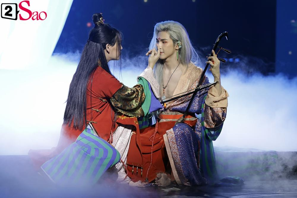 Nguyễn Trần Trung Quân gây sốt khi tái hiện nụ hôn đồng giới ngay trên sân khấu nghìn người-3