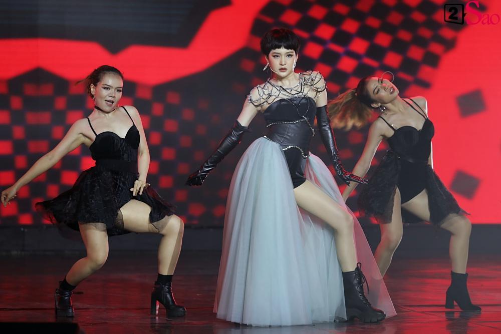 Nguyễn Trần Trung Quân gây sốt khi tái hiện nụ hôn đồng giới ngay trên sân khấu nghìn người-9