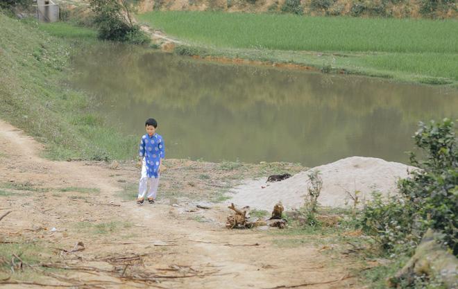 Ngày chị gái lấy chồng, em trai khóc cạn nước mắt, ngồi nhìn ra dòng sông-2