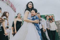 Ngày chị gái lấy chồng, em trai khóc 'cạn nước mắt', ngồi nhìn ra dòng sông