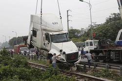 Cố băng qua đường ray, container bị tàu hỏa húc văng 10 mét