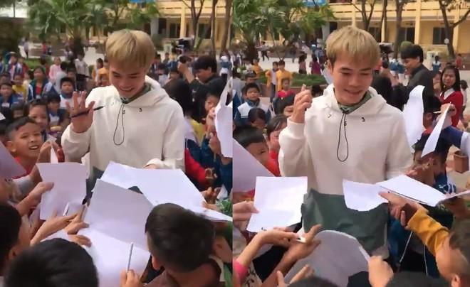 Văn Toàn bị fan nhí vây kín, xin chữ ký khi về thăm trường cũ-1