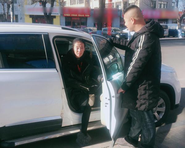 MXH xôn xao trước tình yêu của cô chủ tuổi 50 và chàng lái xe kém 16 tuổi-2