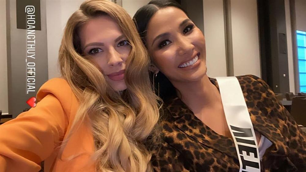 Ngày thứ hai tại Miss Universe 2019: Hoàng Thùy lộ vẻ nhợt nhạt, bị chê make-up không đẹp-10
