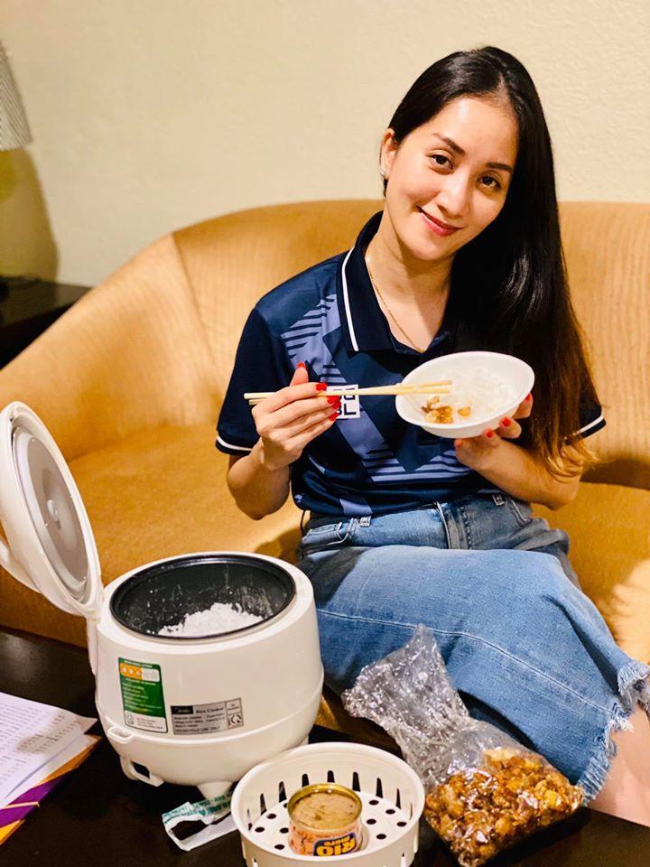 Chỉ với một chiếc nồi cơm điện, Khánh Thi có ngay bữa cơm Việt ngon miệng tại xứ người-1