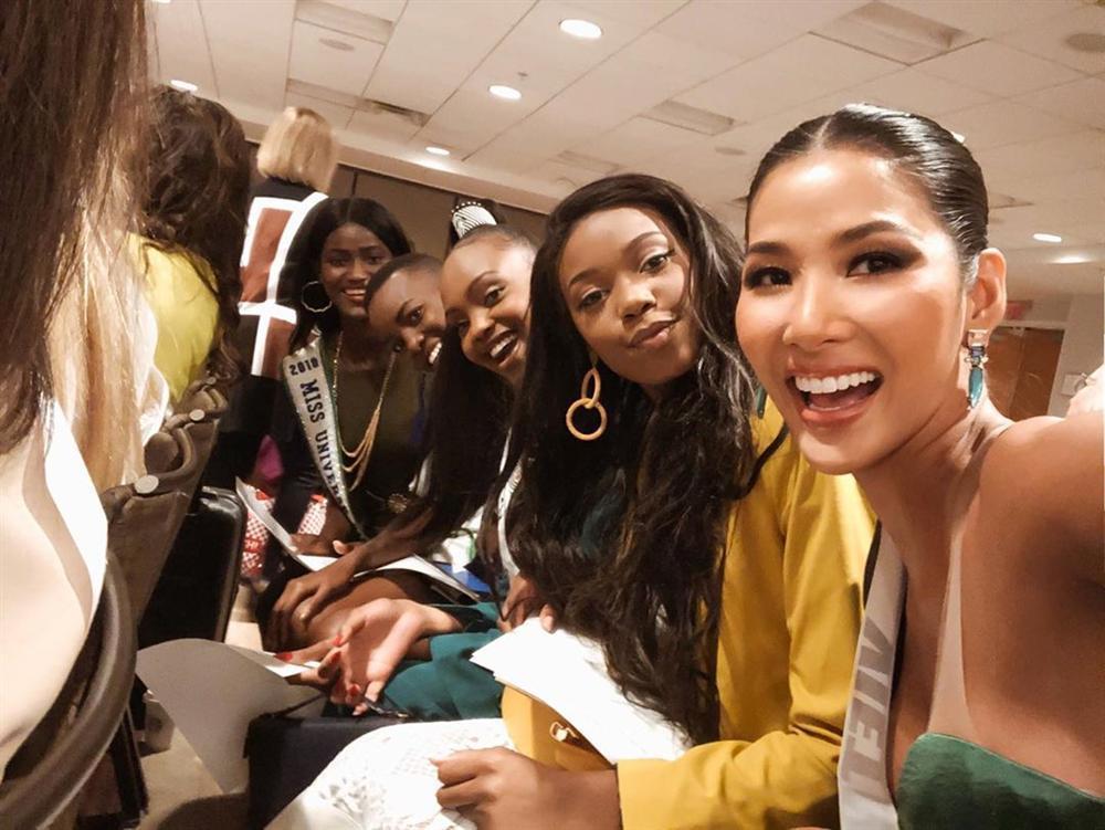 Miss Universe 2019 ngày thứ ba: Hoàng Thùy mặc đồ 2 trong 1, chặt đẹp chiều cao hoa hậu Venezuela-7