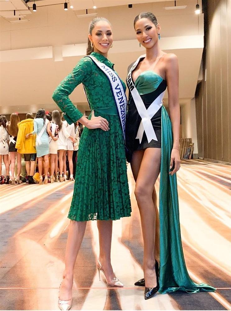 Miss Universe 2019 ngày thứ ba: Hoàng Thùy mặc đồ 2 trong 1, chặt đẹp chiều cao hoa hậu Venezuela-3