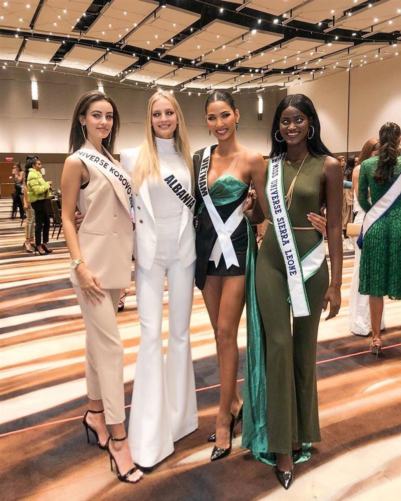 Miss Universe 2019 ngày thứ ba: Hoàng Thùy mặc đồ 2 trong 1, chặt đẹp chiều cao hoa hậu Venezuela-4