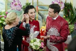 Hoàng Oanh cười nhăn nhó khi trao nhầm nhẫn cho chồng tây trong lễ ăn hỏi