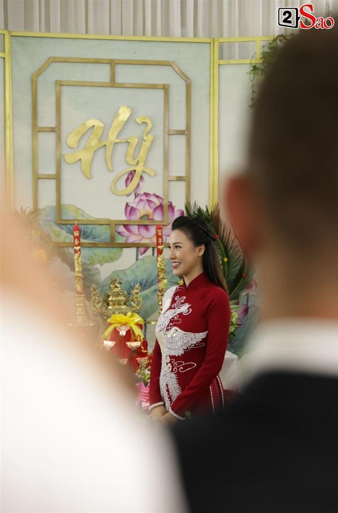 Hoàng Oanh cười nhăn nhó khi trao nhầm nhẫn cho chồng tây trong lễ ăn hỏi-4