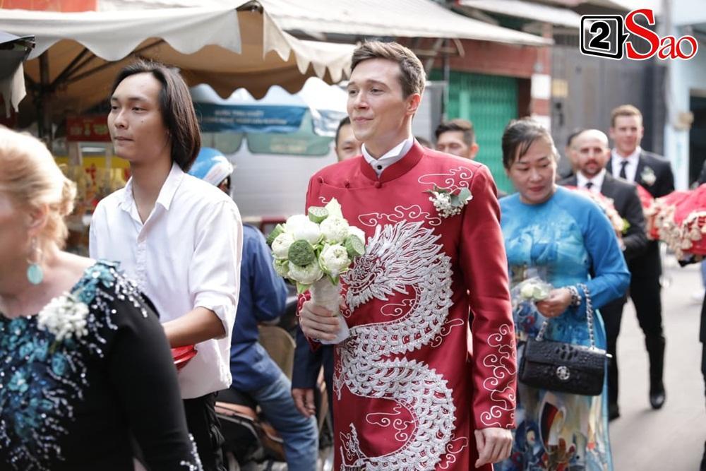 Hoàng Oanh cười nhăn nhó khi trao nhầm nhẫn cho chồng tây trong lễ ăn hỏi-6