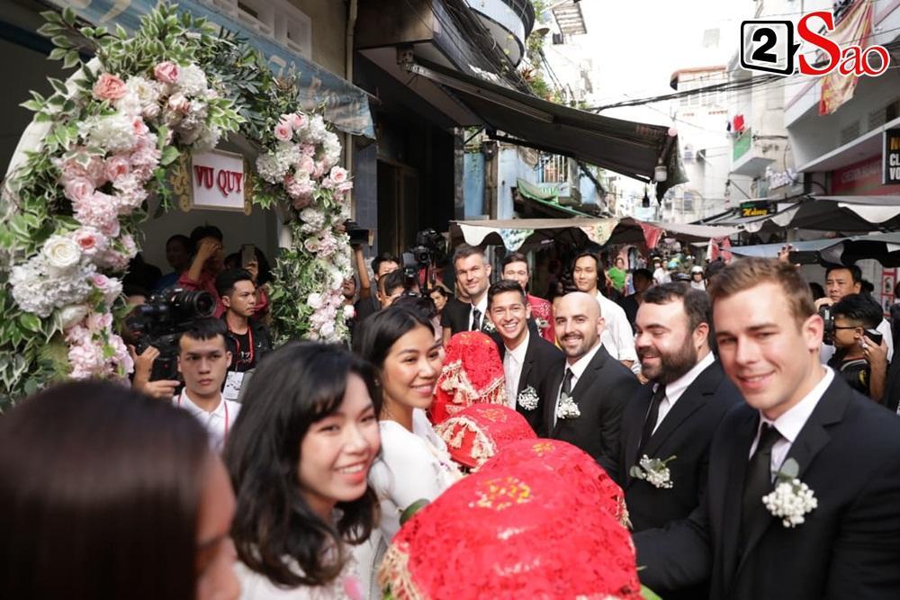 Hoàng Oanh cười nhăn nhó khi trao nhầm nhẫn cho chồng tây trong lễ ăn hỏi-8