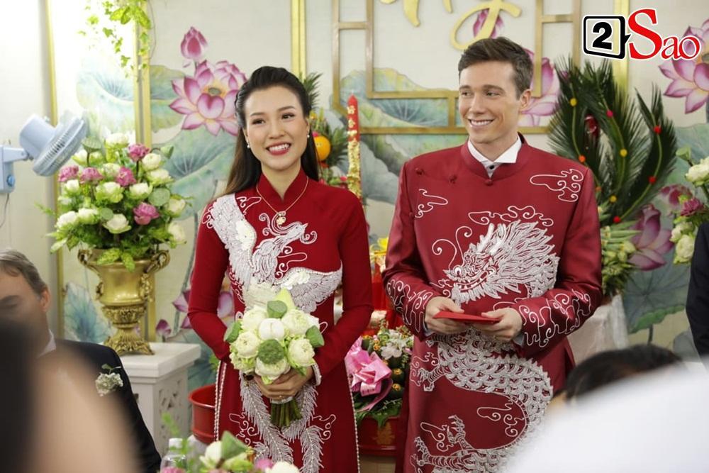 Hoàng Oanh cười nhăn nhó khi trao nhầm nhẫn cho chồng tây trong lễ ăn hỏi-9