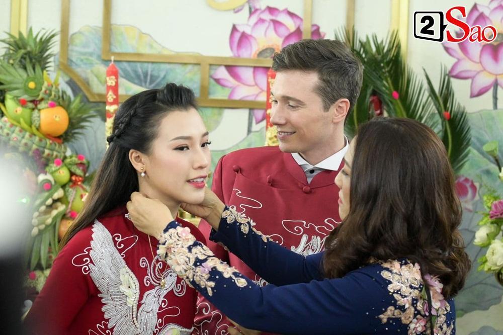 Hoàng Oanh cười nhăn nhó khi trao nhầm nhẫn cho chồng tây trong lễ ăn hỏi-10