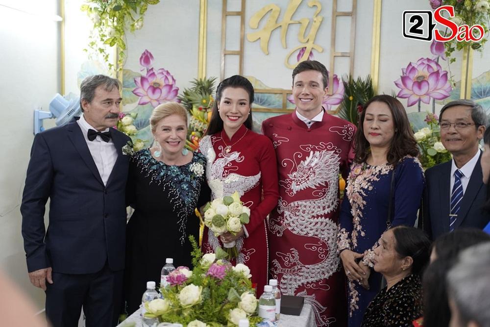 Hoàng Oanh cười nhăn nhó khi trao nhầm nhẫn cho chồng tây trong lễ ăn hỏi-12