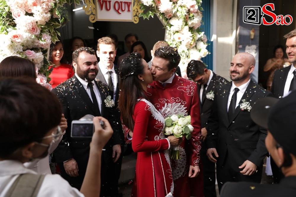 Hoàng Oanh cười nhăn nhó khi trao nhầm nhẫn cho chồng tây trong lễ ăn hỏi-15