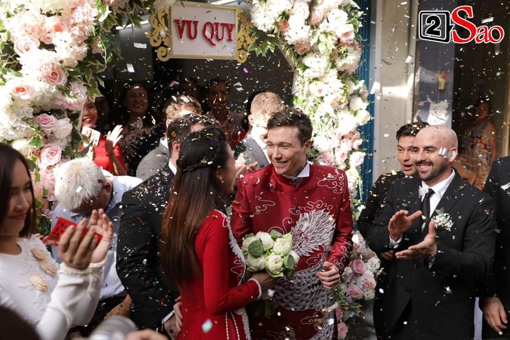 Hoàng Oanh cười nhăn nhó khi trao nhầm nhẫn cho chồng tây trong lễ ăn hỏi-13