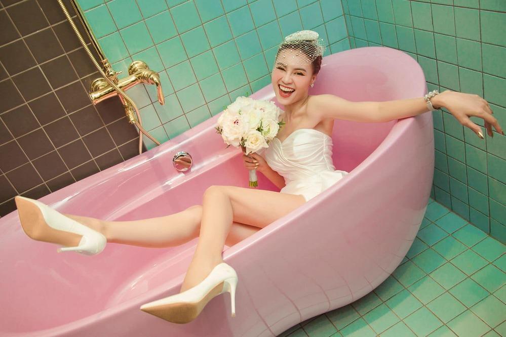 Ninh Dương Lan Ngọc cuồng nhà vệ sinh: làm MV, ngủ, chụp ảnh và khoe cả đồ hiệu trong toilet-6