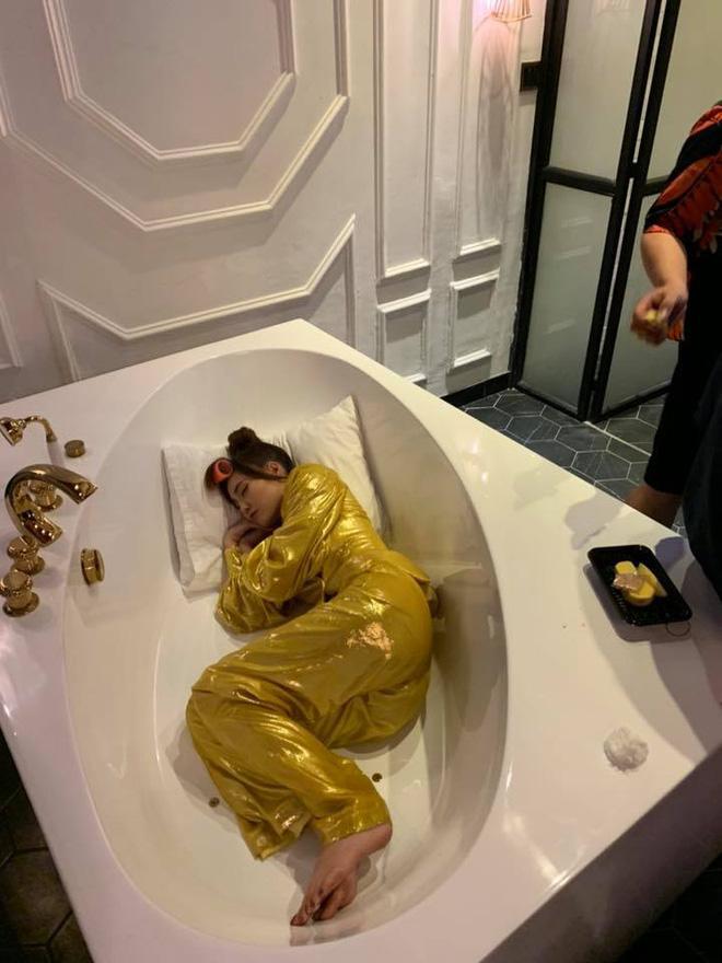 Ninh Dương Lan Ngọc cuồng nhà vệ sinh: làm MV, ngủ, chụp ảnh và khoe cả đồ hiệu trong toilet-13