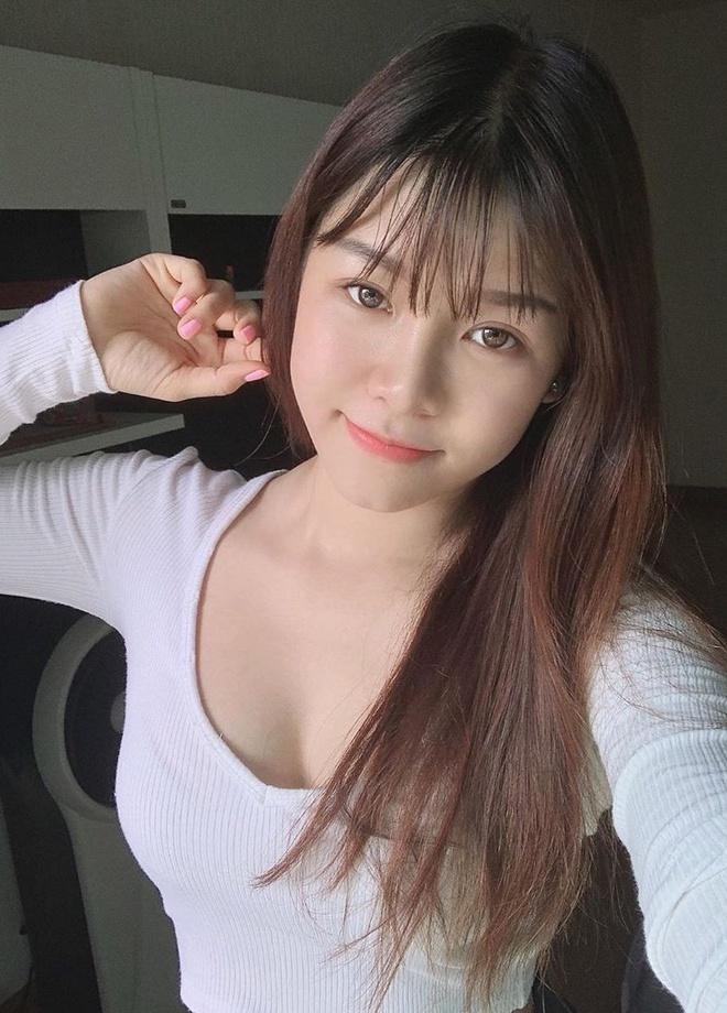 Văn Lâm - Yến Xuân và những cầu thủ có mối tình chị em-5