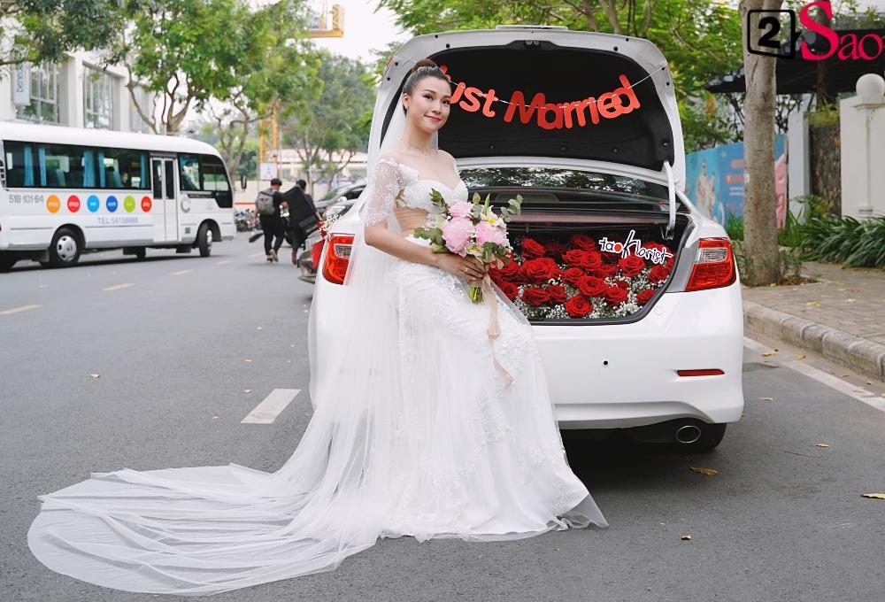 Trường Giang - Nhã Phương lên đồ đẹp đôi, tay trong tay đi ăn cưới Hoàng Oanh-1