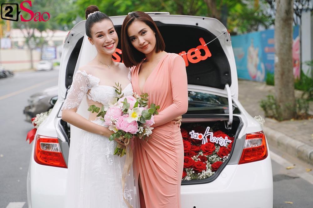 Trường Giang - Nhã Phương lên đồ đẹp đôi, tay trong tay đi ăn cưới Hoàng Oanh-3
