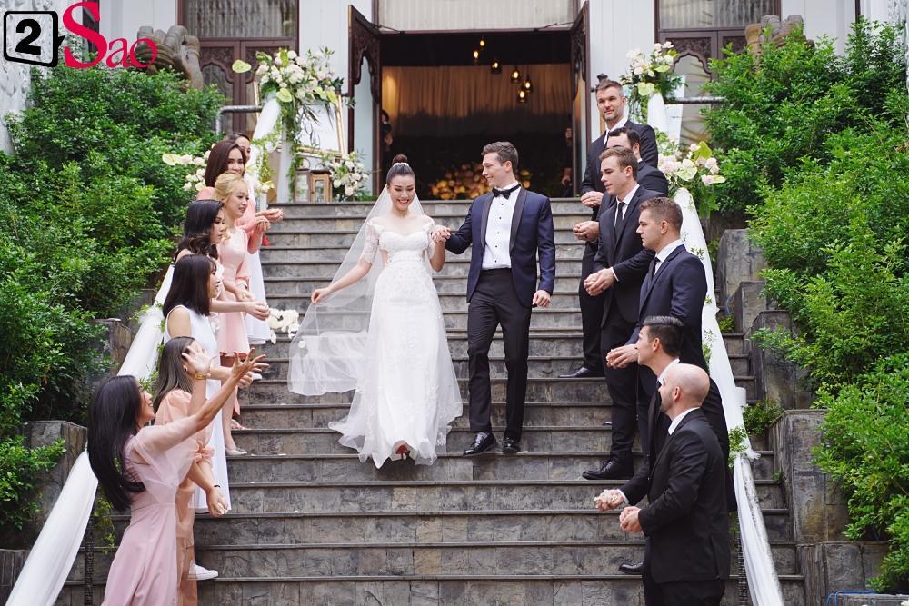 Trường Giang - Nhã Phương lên đồ đẹp đôi, tay trong tay đi ăn cưới Hoàng Oanh-5
