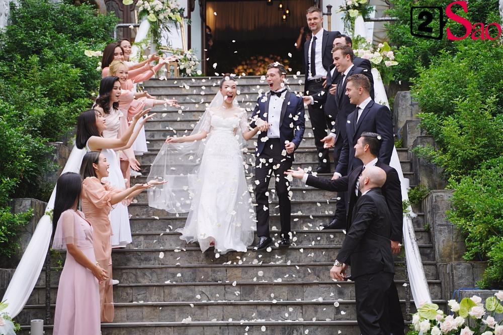 Trường Giang - Nhã Phương lên đồ đẹp đôi, tay trong tay đi ăn cưới Hoàng Oanh-6