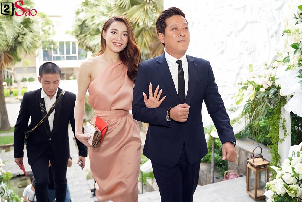 Trường Giang - Nhã Phương lên đồ đẹp đôi, tay trong tay đi ăn cưới Hoàng Oanh-9