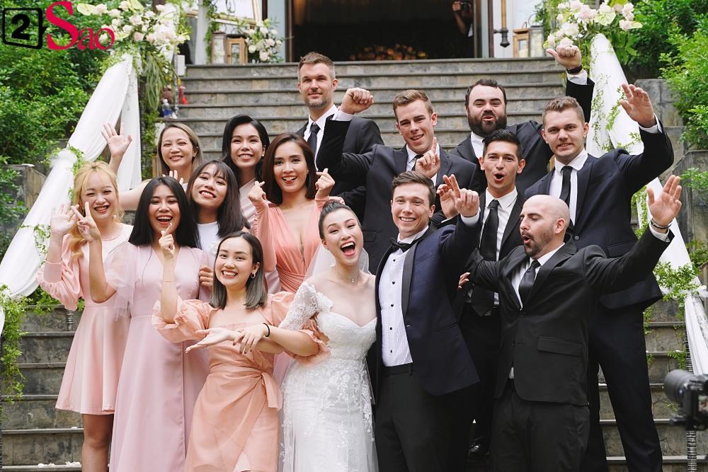 Trường Giang - Nhã Phương lên đồ đẹp đôi, tay trong tay đi ăn cưới Hoàng Oanh-7