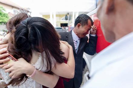 Con gái đi lấy chồng cách nhà chưa đến 10km mà bố ôm mặt khóc nức nở làm ai nấy nghẹn ngào