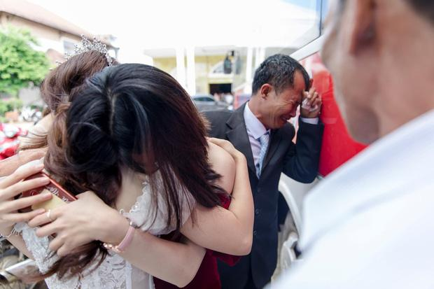 Con gái đi lấy chồng cách nhà chưa đến 10km mà bố ôm mặt khóc nức nở làm ai nấy nghẹn ngào-2