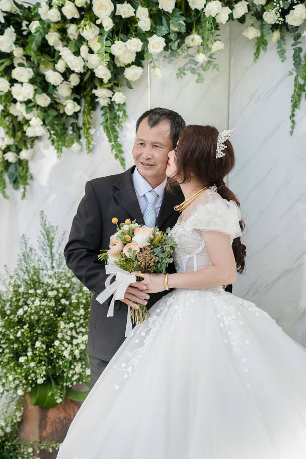 Con gái đi lấy chồng cách nhà chưa đến 10km mà bố ôm mặt khóc nức nở làm ai nấy nghẹn ngào-3