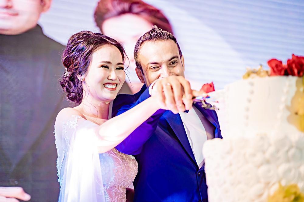 Đùa dai trong đám cưới đồng nghiệp: Trường Giang suýt thì lố, Hòa Minzy bị ném đá tới tấp-5
