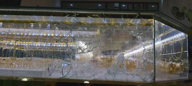 Clip: Toàn cảnh trộm dùng búa đập tủ kính cướp vàng khi chủ tiệm đang mải xem trận U22 Việt Nam với Indonesia-1