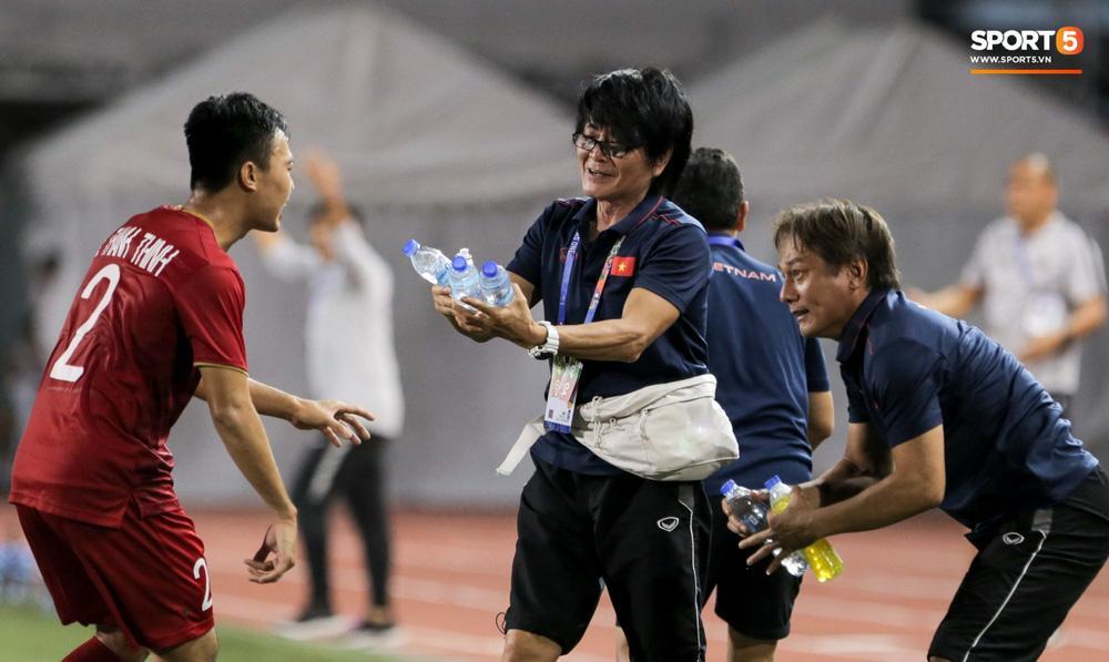 Cảm động hình ảnh Ban huấn luyện tay xách nách mang tiếp nước cho U22 Việt Nam trận gặp Indonesia-2