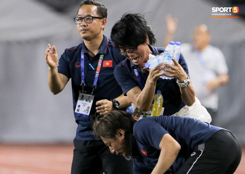 Cảm động hình ảnh Ban huấn luyện tay xách nách mang tiếp nước cho U22 Việt Nam trận gặp Indonesia-1