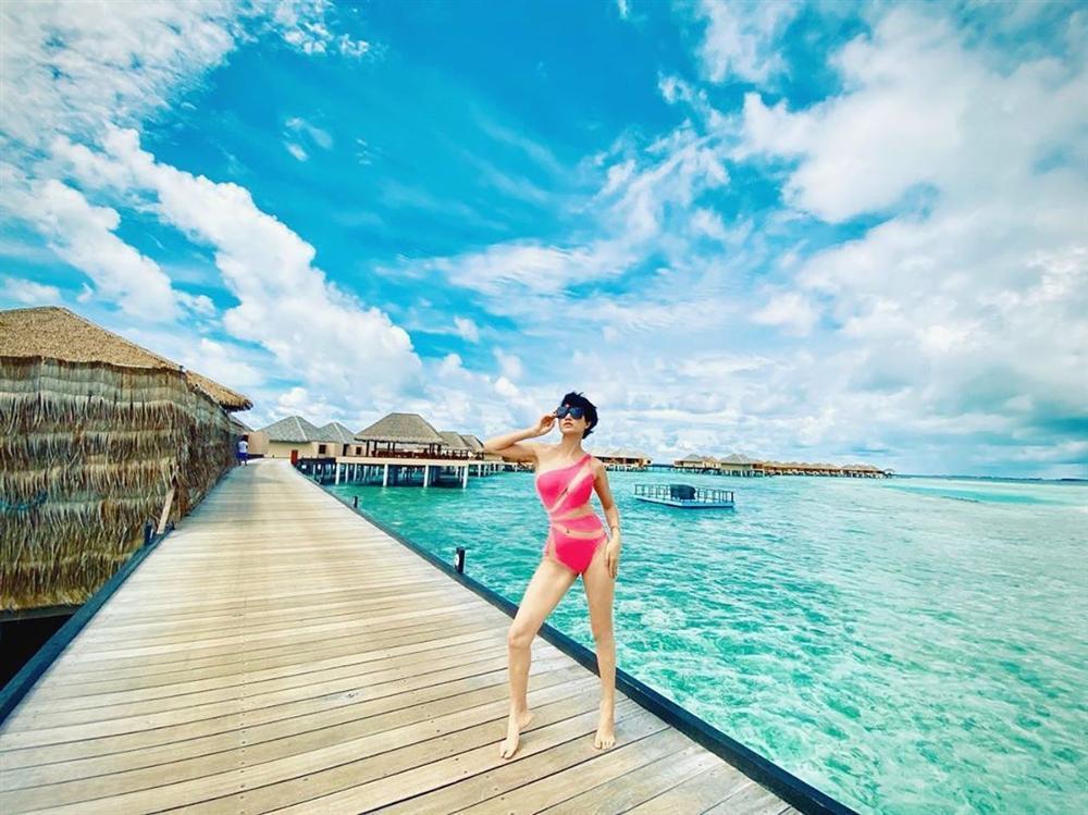 Mượn lại áo tắm của Ngọc Trinh mang đi du hí Maldives, Trang Trần mặc đẹp áp đảo nhờ chi tiết thú vị-1