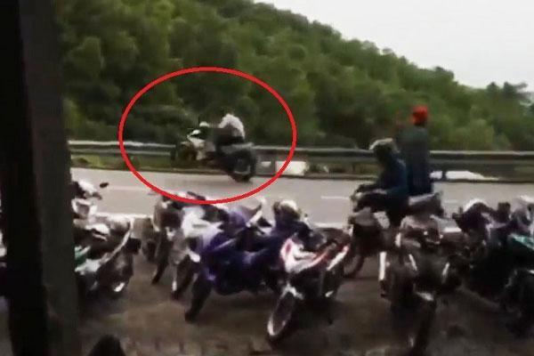 Clip: Hàng chục quái xế bốc đầu, nẹt pô gây náo loạn trên đèo Hải Vân-1