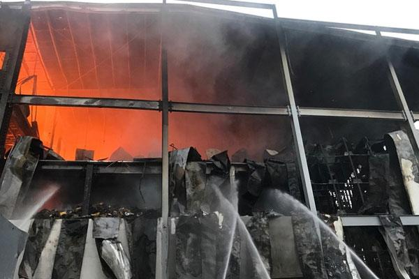 Cháy công ty sản xuất bánh kẹo, nhiều công nhân tháo chạy-1