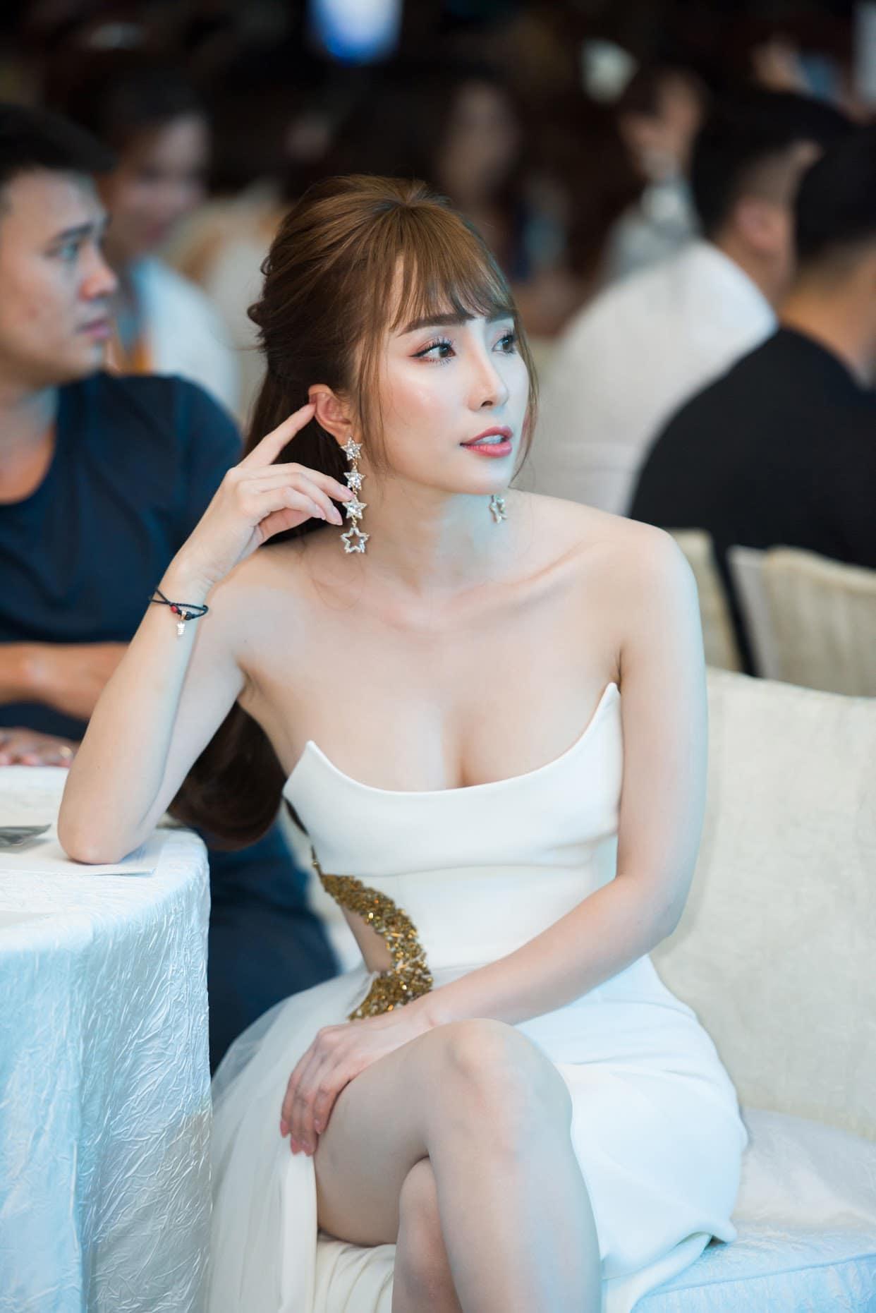 Quỳnh Nga thừa nhận nâng ngực để tự tin mặc gợi cảm-1