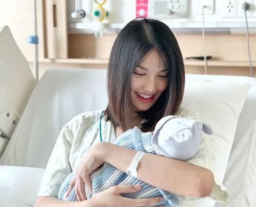 Cảnh bỉm sữa của Lan Khuê sau 1 tuần sinh: Cho con bú, áo xộc xệch chẳng kịp cài cúc-1