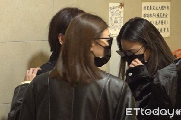 Bạn gái khóc ngất khi mặc quần áo Cao Dĩ Tường tại lễ tang-1