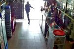 Clip: Vào hỏi mua thuốc lá, thanh niên liều lĩnh cướp tiền giữa trưa ở Huế