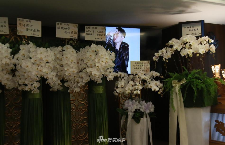 Khung cảnh tang thương ngập tràn hoa trắng trong tang lễ Cao Dĩ Tường-9