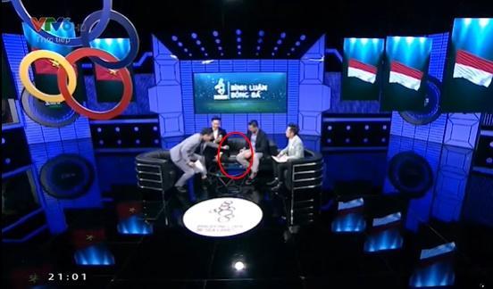 Hành động lạ của BTV Quốc Khánh sau 2 ngày bị chỉ trích kém duyên với Bùi Tiến Dũng trên sóng trực tiếp-2