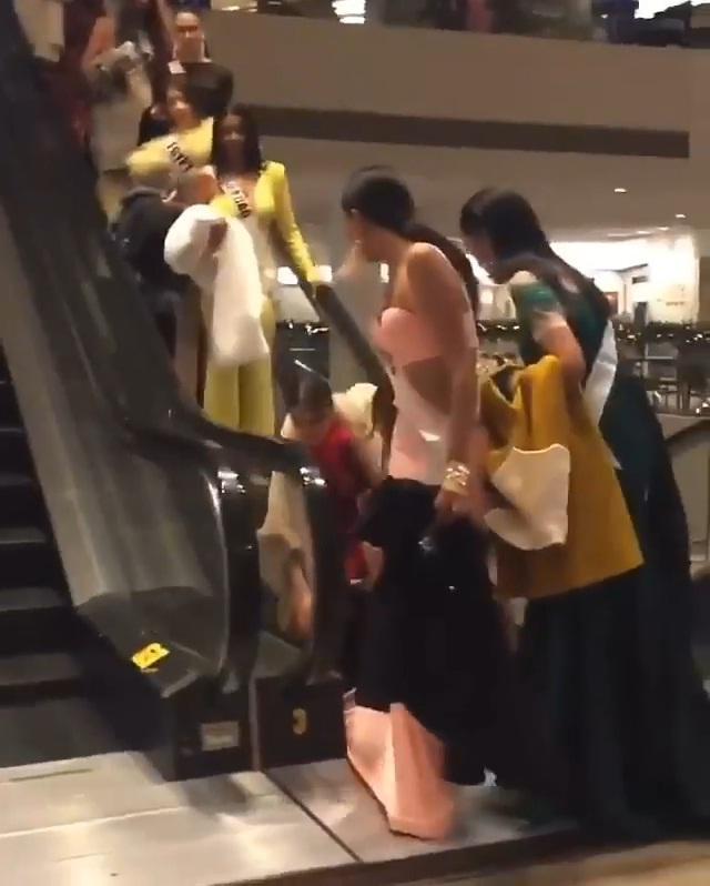 Thí sinh Miss Universe 2019 bị kẹt váy trong thang máy cuốn chỉ vì mặc đầm đuôi cá quá điệu-3